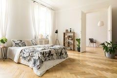 Interior à moda do apartamento com paredes e madeira brancas de desenhos em espinha foto de stock royalty free