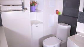 Interior à moda do banheiro video estoque