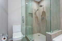 Interior à moda do banheiro com caminhada de vidro no chuveiro foto de stock royalty free