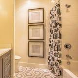 Interior à moda do banheiro do quadrado de uma casa com projeto geomwtric no assoalho fotografia de stock