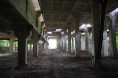 Interior abandonado grande del edificio industrial Imagenes de archivo