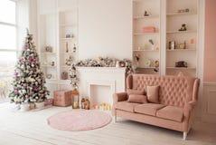 Interior acogedor de la Navidad del invierno en colores rosados Imágenes de archivo libres de regalías