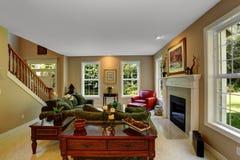 Interior acolhedor da sala de visitas com chaminé Fotografia de Stock Royalty Free