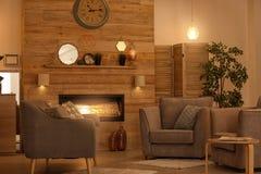 Interior acolhedor da sala de visitas com mobília confortável fotografia de stock