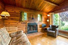 Interior acolhedor de uma cabana rústica de madeira rústica Fotografia de Stock