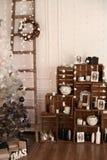 Interior adornado con el árbol de navidad y los detalles Foto de archivo libre de regalías