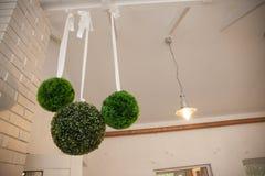 Interior adornado elegante en un restaurante con rou floral verde Foto de archivo