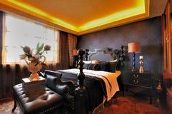 Interior adornado ofrecido del dormitorio foto de archivo