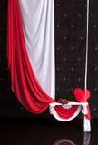 Interior adornado para el día del ` s de la tarjeta del día de San Valentín con el paño y el oscilación Imagenes de archivo