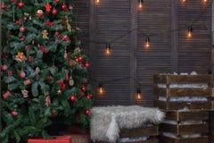 Interior adornado para la Navidad - sitio con el árbol de navidad y los regalos Imagen de archivo