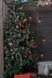 Interior adornado para la Navidad - sitio con el árbol de navidad y los regalos Fotografía de archivo libre de regalías