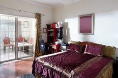 Interior agradable del dormitorio europeo Foto de archivo libre de regalías