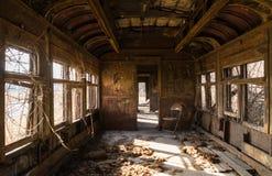 Interior aherrumbrado del coche de carril foto de archivo
