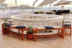 Interior al aire libre de la terraza de la barra de la opinión del mar Imágenes de archivo libres de regalías
