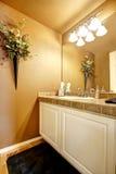 Interior alaranjado do banheiro com armário branco Imagens de Stock Royalty Free