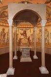 Interior, altar, iconos, frescos, fuente bautismal, en la iglesia ortodoxa tradicional rusa vieja Fotos de archivo libres de regalías