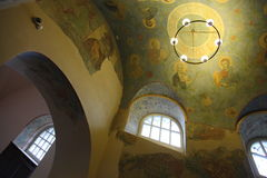 Interior, altar, iconos, frescos, fuente bautismal, en la iglesia ortodoxa tradicional rusa vieja Fotografía de archivo