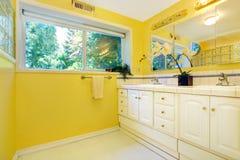 Interior amarillo brillante del cuarto de baño Fotos de archivo libres de regalías