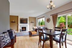 Interior americano de la casa con la planta diáfana Comedor con e Fotos de archivo