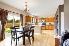 Interior americano de la casa con la planta diáfana Sitio de la cocina y d Fotografía de archivo