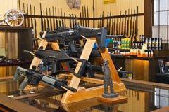 Interior americano de la tienda de armas foto de archivo
