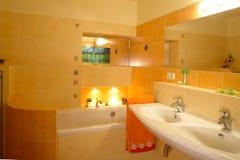 Interior anaranjado del cuarto de baño Foto de archivo libre de regalías