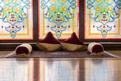 Interior antigo da sala de Khans ou de reis com a janela, tapetes e o descanso decorativos da rede com produtos manufaturados tra Fotos de Stock