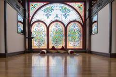 Interior antigo da sala de Khans ou de reis com a janela, tapetes e o descanso decorativos da rede com produtos manufaturados tra Imagens de Stock
