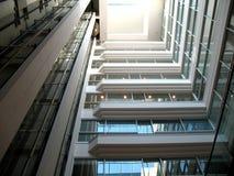 Interior arquitectónico do prédio de escritórios fotos de stock