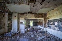 Interior arruinado de una casa abandonada vieja de la escuela Fotografía de archivo