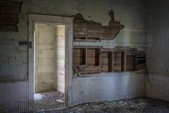 Interior arruinado de una casa abandonada vieja de la escuela Imagen de archivo libre de regalías