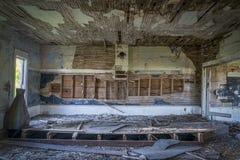 Interior arruinado de una casa abandonada vieja de la escuela Imágenes de archivo libres de regalías