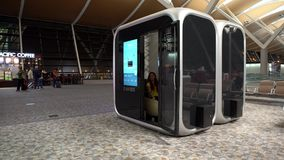 interior asiático de la mujer 4K de las cabinas modernas el dormir en el aeropuerto internacional metrajes