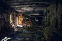 Interior assombrado assustador abandonado da mansão, salão, vista interna com perspectiva Fotos de Stock