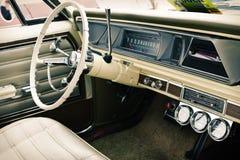 Interior av den gammala tappningbilen, closeup Arkivfoto