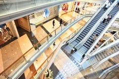 Interior av den moderna shoppinggallerien Royaltyfri Fotografi