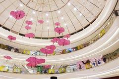 Interior av den moderna shoppinggallerien Arkivbild