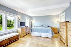 Interior azul claro brillante del dormitorio Imagen de archivo libre de regalías