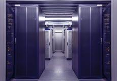 Interior azul da sala do servidor da estação de trabalho da rede no centro de dados Telecomunicação da Web, conexão a Internet, n imagem de stock
