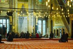 Interior azul de la mezquita con los musulmanes Fotografía de archivo libre de regalías
