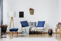 Interior azul de la sala de estar fotos de archivo