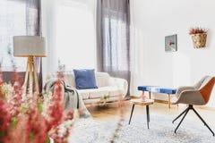Interior azul de la sala de estar foto de archivo libre de regalías