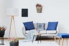 Interior azul de la sala de estar fotografía de archivo