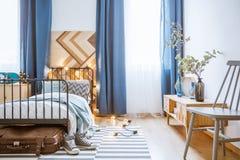 Interior azul del dormitorio con las luces Fotos de archivo