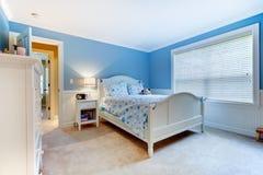 Interior azul del dormitorio de los cabritos de las muchachas. Foto de archivo