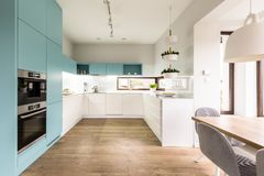Interior azul e branco da cozinha fotografia de stock royalty free
