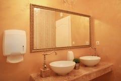 Interior barroco do banheiro do estilo imagem de stock