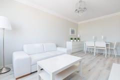 Interior blanco del apartamento-estudio imagen de archivo