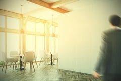 Interior blanco del café, ventanas del desván, esquina, hombre Imágenes de archivo libres de regalías