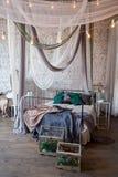Interior blanco del dormitorio con la cama del toldo Fotos de archivo